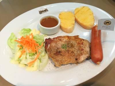 สเต็กไก่และไส้กรอกหมูคุโรบุตะ ที่ ร้านอาหาร SANTA FE' STEAK เซ็นทรัลเวิลด์