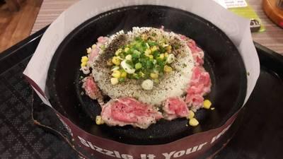 ข้าวเปปเปอร์หมู • กะทะร้อนๆ จี่หมูให้สุกแล้วคลุกเคล้ากับข้าว ที่ ร้านอาหาร Pepper Lunch เซ็นทรัล เวิลด์