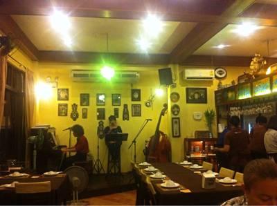 บรรยากาศร้าน • Life band performing inside the air-conditioning room. ที่ ร้านอาหาร ท่าจีนชมจันทร์