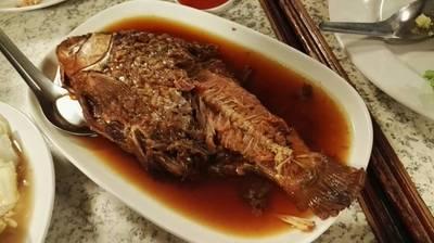 ปลาตะเพียนต้มเค็มไร้ก้าง เมนูหากินยากมากๆ และกินได้ทั้งก้างเลย กินเปล่าๆก็อร่อยแล้ว ใช้ตะเกียบค่อยๆเล็มทีละส่วนอร่อยจริงๆ ที่ ร้านอาหาร ครัวคุณต๋อย