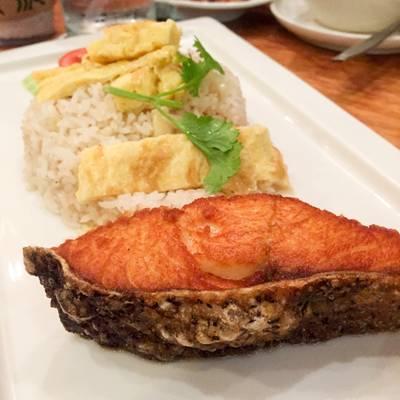 ข้าวผัดปลาแซลมอน (195THB) ที่ ร้านอาหาร บ้านหญิง Cafe And Meal สยามกิตติ์