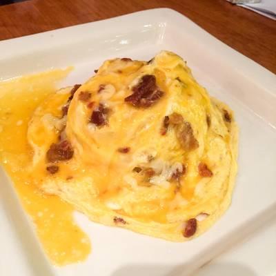 ข้าวไข่ข้น ใส่เบคอนและชีส (120 THB) ที่ ร้านอาหาร บ้านหญิง Cafe And Meal สยามกิตติ์
