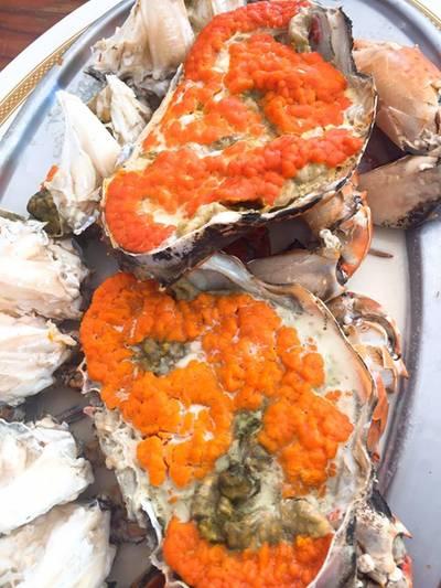 ปูไข่นึ่ง ที่ ร้านอาหาร แดงอาหารทะเล (เจ้าเก่า)