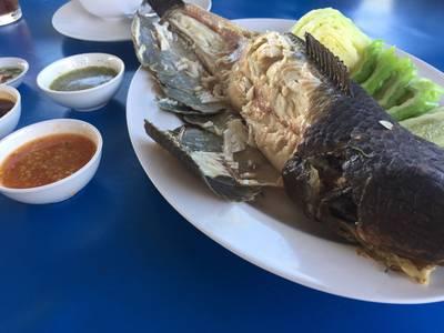 ปลาช่อนเผาฟาง ที่ ร้านอาหาร บ่อเงิน