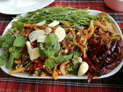 ยำหอยนางรม • หอยนางรมสดกลางๆ รสชาติเผ็ดกำลังดี  ที่ ร้านอาหาร บ้านไม้ริมน้ำ