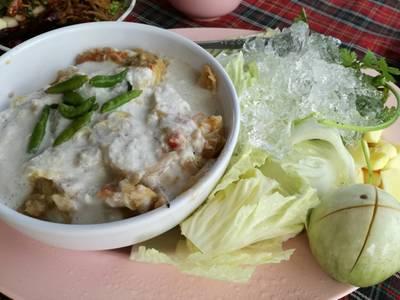 หลนปูม้า • ราคา250ถ้าปูไข่350บาทครับ  ห้ามพลาดครับเมนูนี้ เด็ดมาก รสชาติกำลังดีไม่หวานเกิน  ที่ ร้านอาหาร บ้านไม้ริมน้ำ