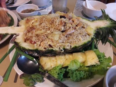 ข้าวอบสัปปะรด • รสชาติค่อนไปทางหวานมากอยู่สักหน่อย ข้าวยังผัดมาไม่แห้งค่ะ ที่ ร้านอาหาร สวนผัก