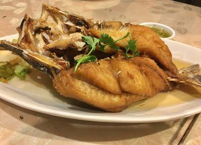 ปลากะพงทอดน้ำปลา ที่ ร้านอาหาร สวนกุหลาบ พญาไท
