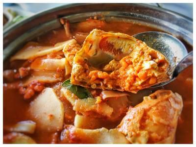 แกงส้มปูไข่หน่อไม้ดอง ที่ ร้านอาหาร สวนปู