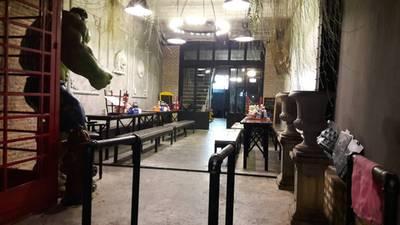 บรรยากาศร้าน • ในสุดของร้าน มีแยกอีกโซน เงียบสงบดี ที่ ร้านอาหาร เหล่ากุ้ย บะหมี่อัศวิน