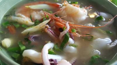 ต้มยำกุ้งปลาหมึกน้ำใส • แซ่บเกินคำบรรยาย ระวังสำลักจ้า 100 บาท ที่ ร้านอาหาร ครัว ณ เหลา อาหารป่า ซีฟู้ด