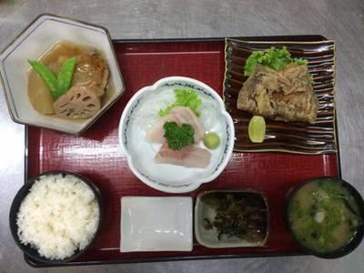 อาหารชุดประจำวัน • เป็นเมนูที่เปลี่ยนไปทุกวัน มีเฉพาะวันธรรมดา วันนี้เป็นปลาตาเดียวชุบแป้งทอด กีบไ ที่ ร้านอาหาร Hanaya