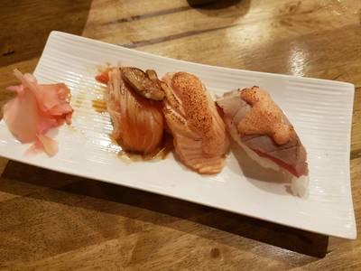 ซูชิ • ☆☆☆☆49-99.- มีเบิร์นหน้าให้เลือกหลายอย่าง อร่อยทั้งแซลม่อนและทูน่า ที่ ร้านอาหาร Uomasa ทองหล่อ