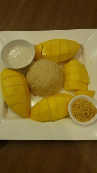 ข้าวเหนียวมะม่วง • ข้าวเหนียวมะม่วงจานใหญ่ (440 Thb)  ที่ ร้านอาหาร สมบูรณ์โภชนา รัชดา
