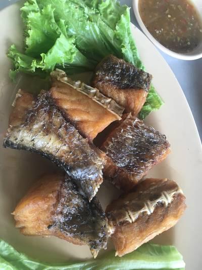 ปลากระพงทอดน้ำปลา ที่ ร้านอาหาร ชมจันทร์