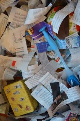紙堆中放不同的物件