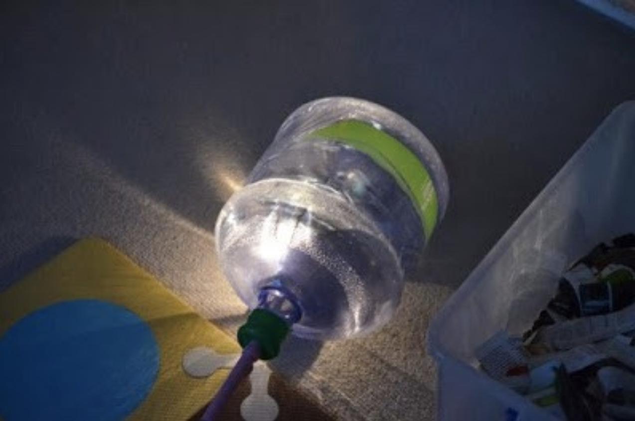把用剩的電燈籠插在大水樽裡