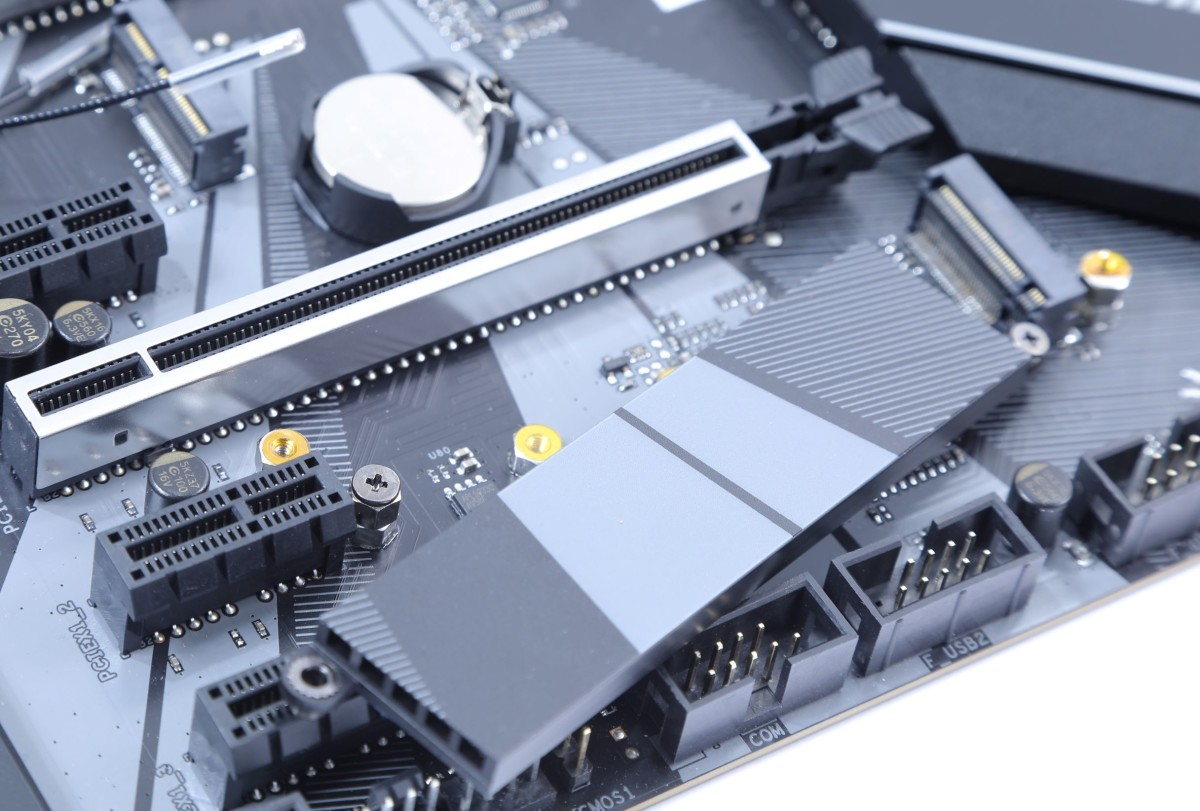 兩組 NVMe M.2 均有散熱片,也是少數出廠預裝M.2 固定螺絲的主機板。雖不算特別卻是非常貼心的設計。