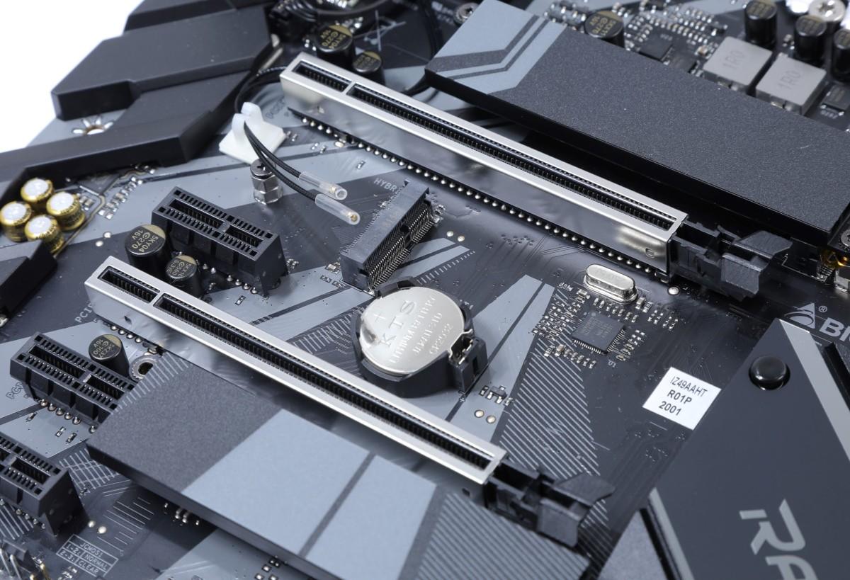 兩根加入金屬加固的 PCI-E x16 插槽