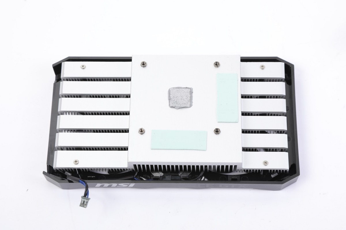 以鋁擠型散熱片與GPU和記憶體直接接觸。