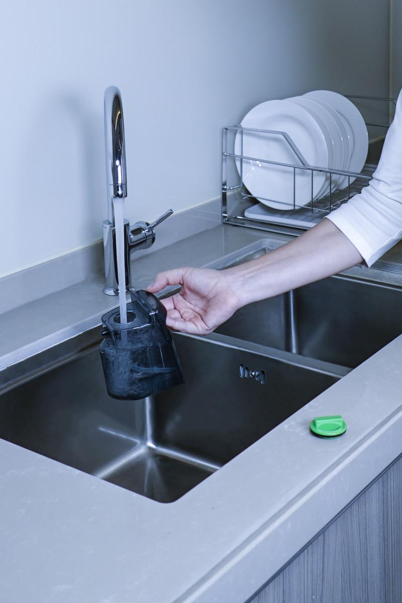 可以在水槽中加入 1:99 的稀釋漂白水作消毒清潔液使用