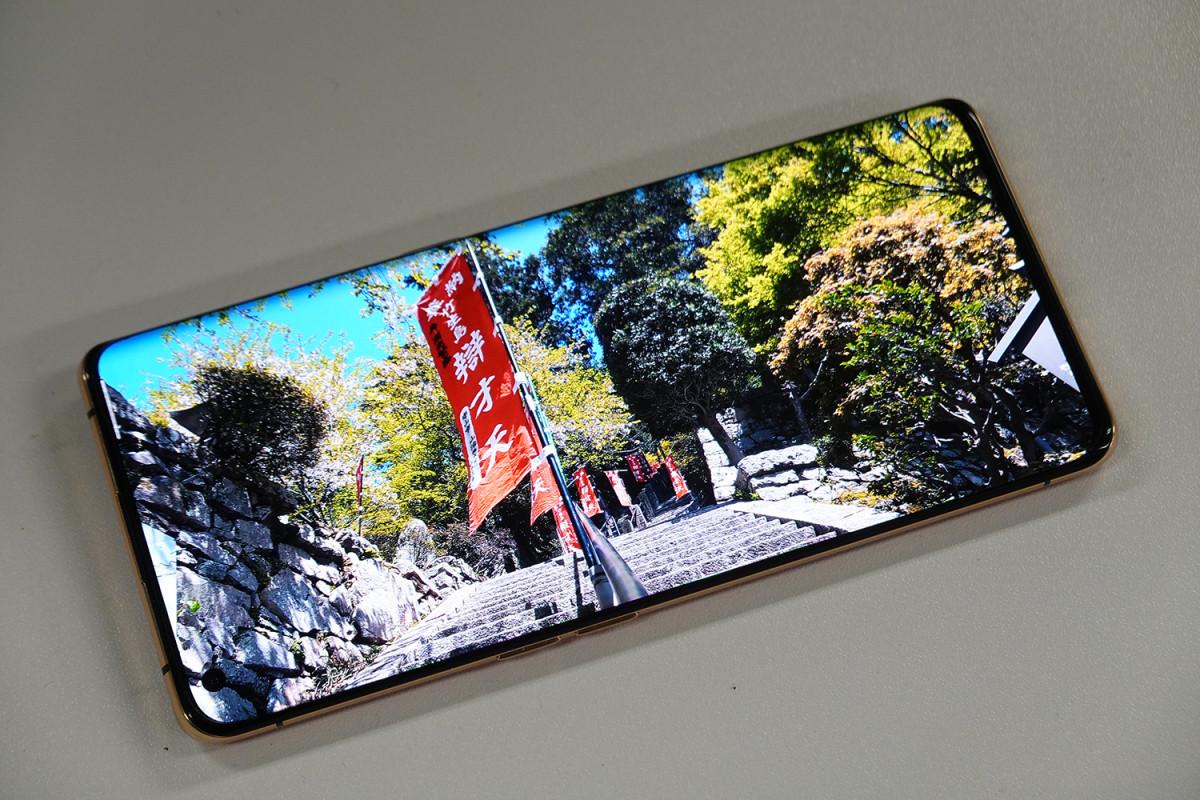 Find X2 Pro 的 6.7 吋OLED 單開孔屏幕達 3K 解像度,以及 8+2-bit(10.7 億色)色彩顯示,畫面表現細緻。