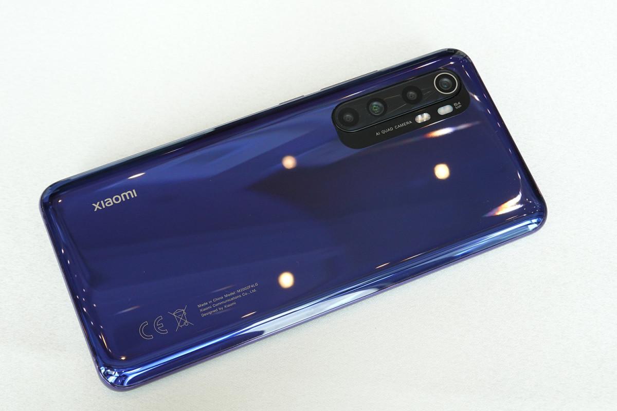 四鏡頭以長條形式置於機背左上角,由 64MP 主鏡、8MP 超廣角、2MP微距及 5MP景深鏡頭所組成。