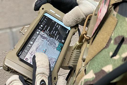 可以很方便地扣於戰術背心胸前位置隨時使用,如觀看戰術地圖。