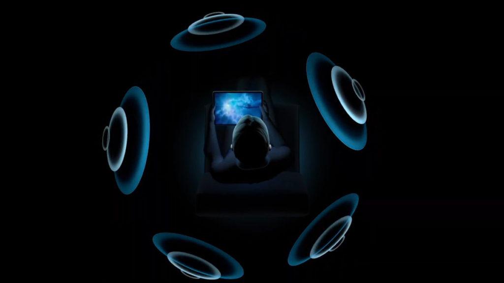 透過耳機及裝置內的感測裝置,去調整音節場和聲音的方向,確保用戶會在音場的正中