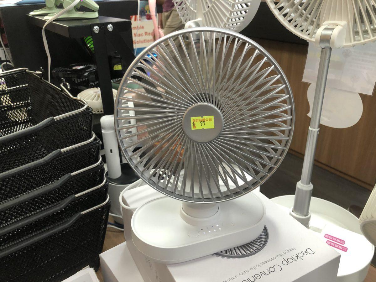 座檯風扇外型簡單,放於書檯上較為方便。