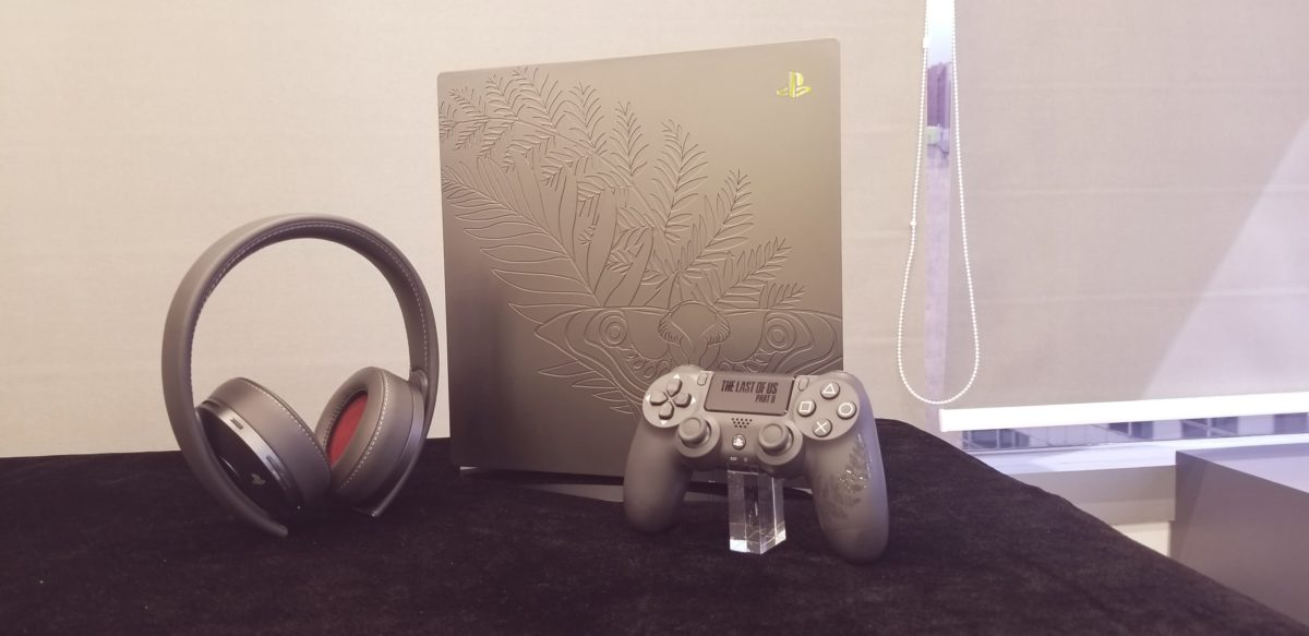 The Last of Us™ Part II 特別版 PS4 pro ,手制及無綫耳機。