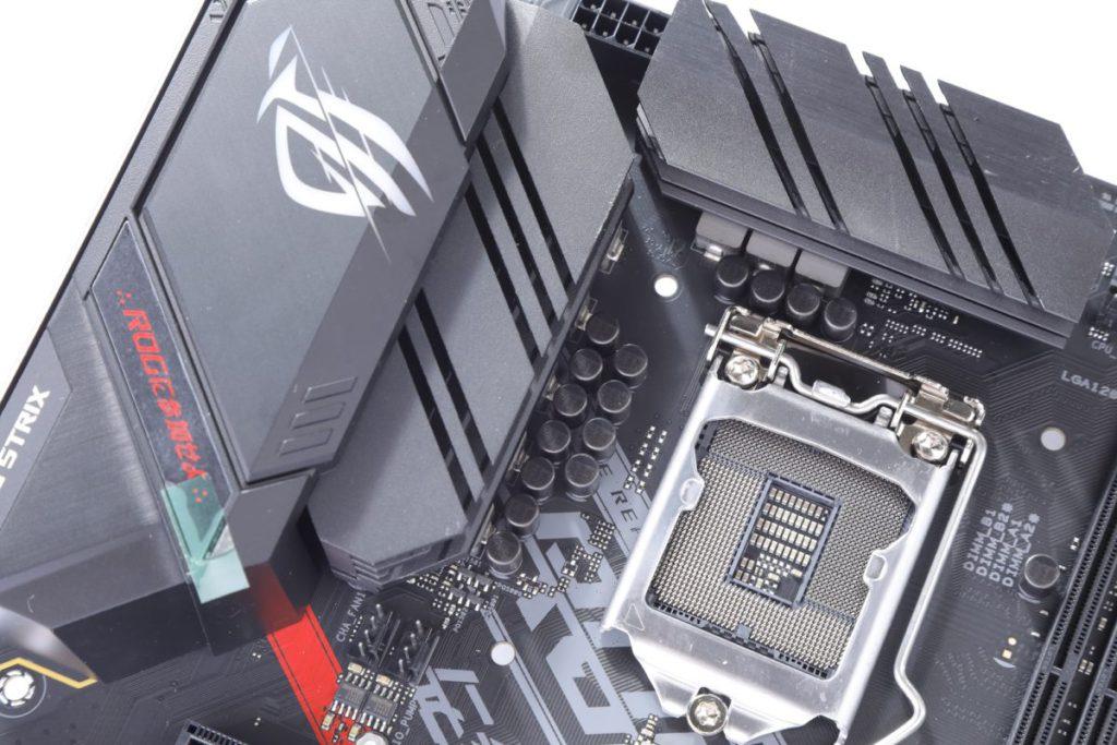 雖然只有8相供電,但加入散熱片解決VRM元件的散熱問題。