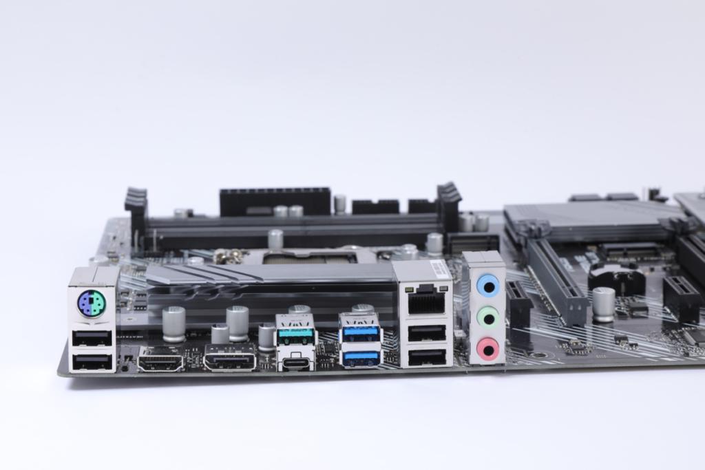 背板擁有較多USB,也包括Type-C等輸出。