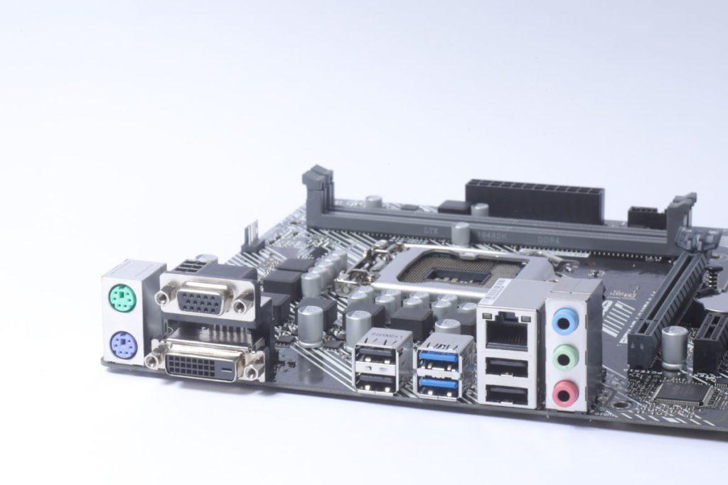 背板輸出以舊式裝置為主,如PS/2鍵盤和滑鼠,也有舊式電腦用的VGA和DVI。