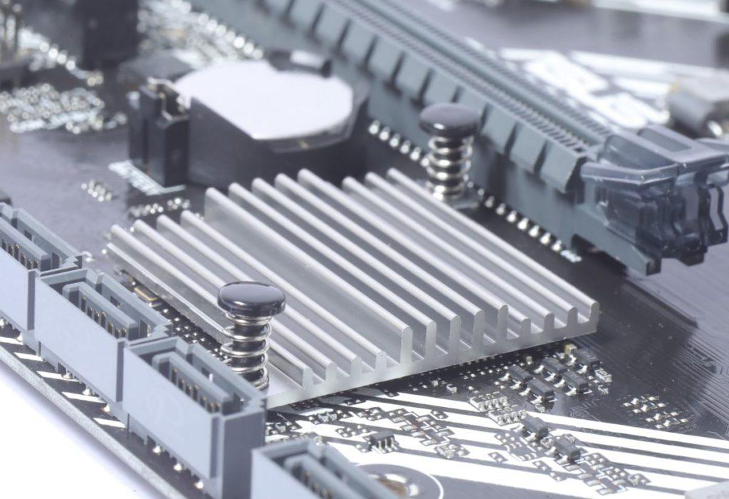 採用簿裝散熱片為晶片組散熱。