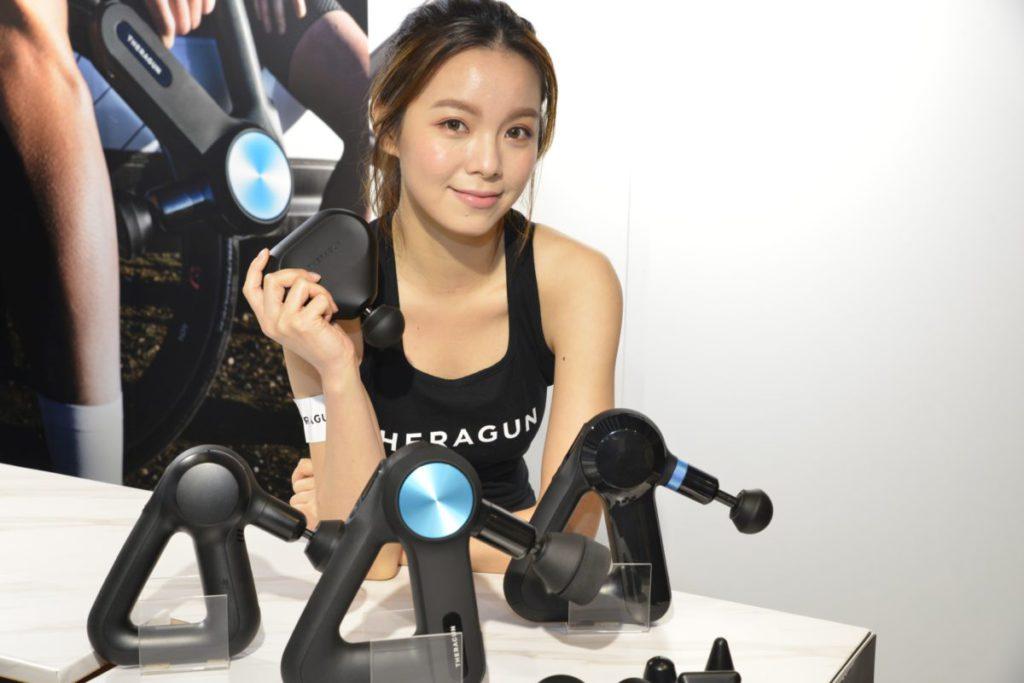 Theragun 推出全新第 4 代產品,新系列不單更寧靜,電池續航力亦大大加強,而且更新加入藍牙智能系統,讓用家可以透過手機應用,選擇不同的療程及控制 Theragun 的操作