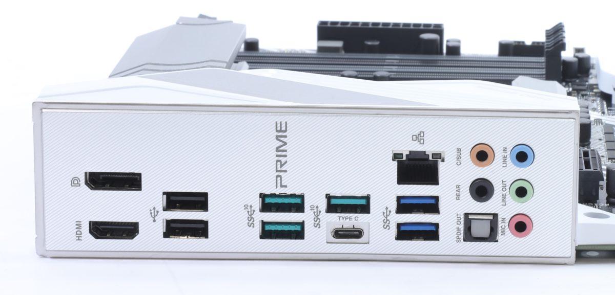 背板共有8組USB,包括最新的 Type-C。