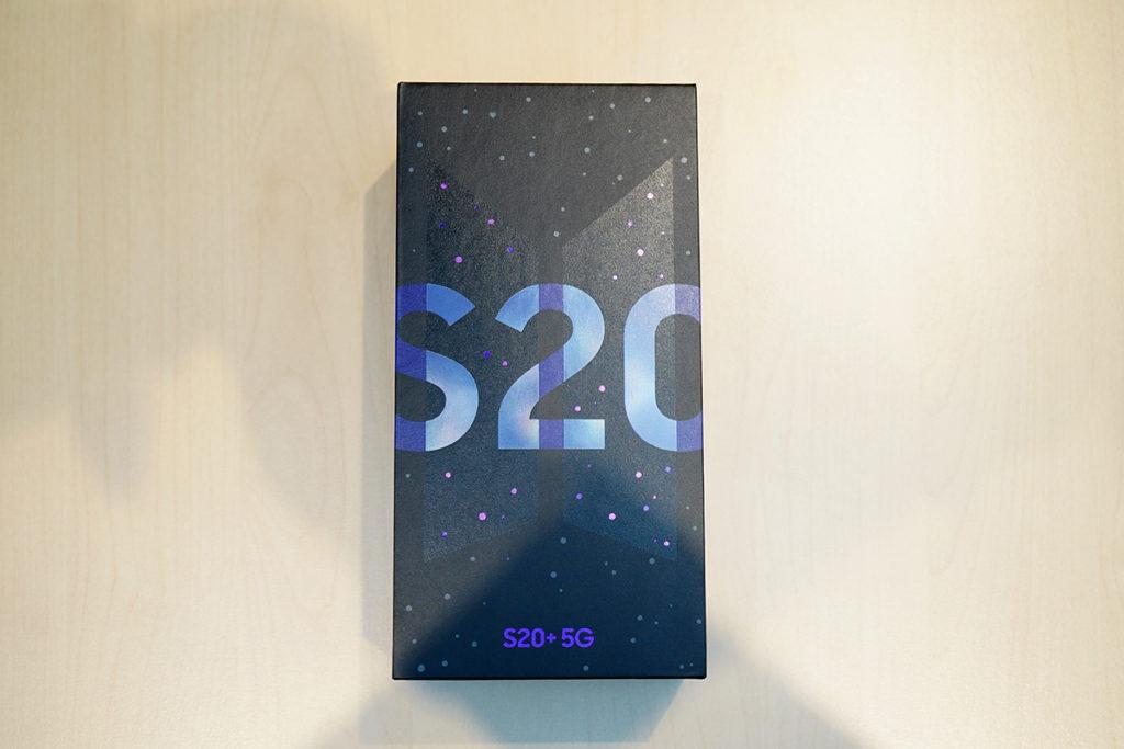 Samsung Galaxy S20+ 5G BTS Edition 包裝盒帶有 BTS Logo 的暗花。