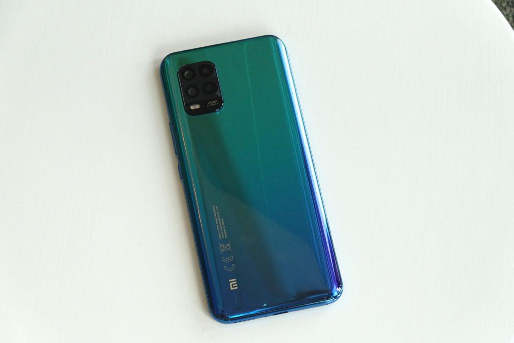 使用前後 3D 曲面機身,有宇宙灰、夢幻白及極光藍三種顏色,筆者就覺得極光藍是最美的一款。