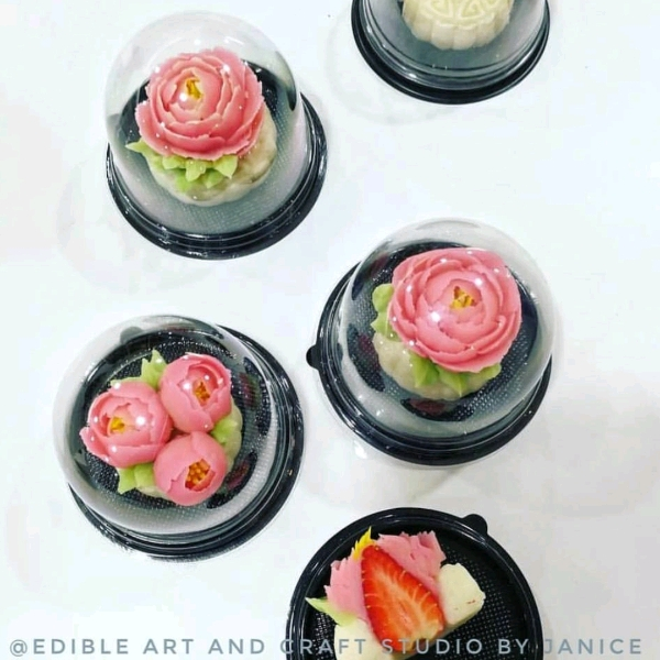 Snow Skin Mooncake Wt Strawberry & Beanpaste Flowers0