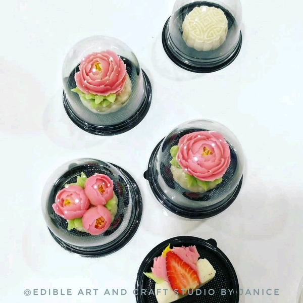 Snowskin mooncake With Bean Paste Flower & Strawberry1