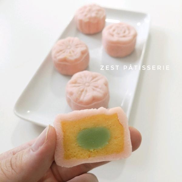 咸蛋奶黄樱花冰皮月饼1