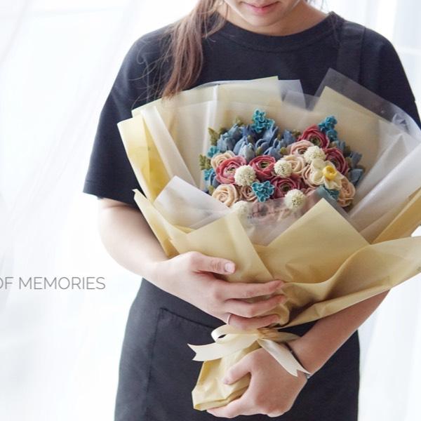 21/10 Glossy Buttercream Flower Bouquet 0