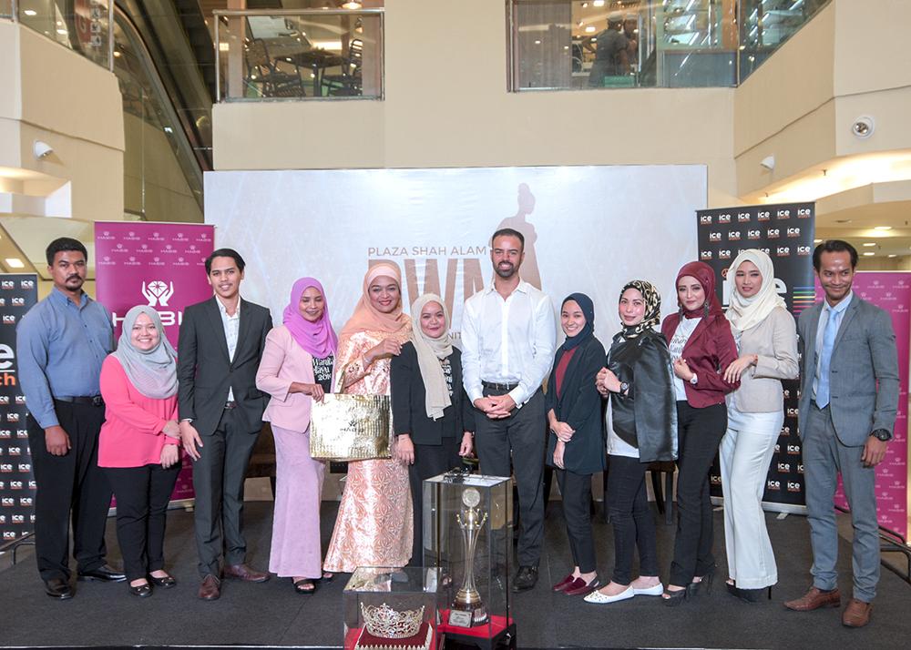 Puan Azura Mokhtar (Pengurus Kanan Plaza Shah Alam) bersama wakil penaja daaripada Habib Jewels, Ice-Watch, Xixili dan Anytime Fitness