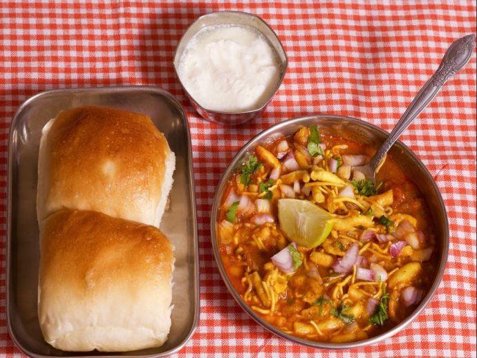 misal pav, nagpur, cafe durga, the breakfast story, ghugre, ashirgade, joshi vada pav, pratape foods, waghmare, delicious, savoury, food, grub, snack, spicy, gravy, lentils, pav, bread, ladhi, soft, delectable, yummy, favourite, Pune, dish