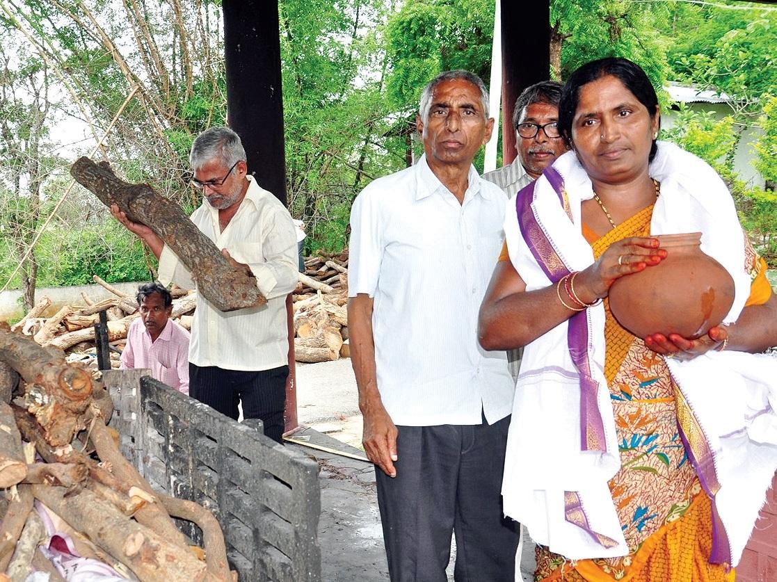 Hindu Man Cremated By Muslim Woman, Telangana, Telangana News, Strange Telangana News, K Srinivas, Hanamkonda, Yakub Bi's husband Muhammad