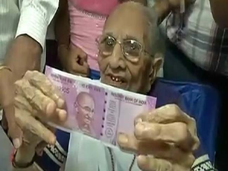 Narendra Modi, Heeraben modi, Demonetization, Queue, Bank, Gujrat, Gandhinagar, Exchange Money