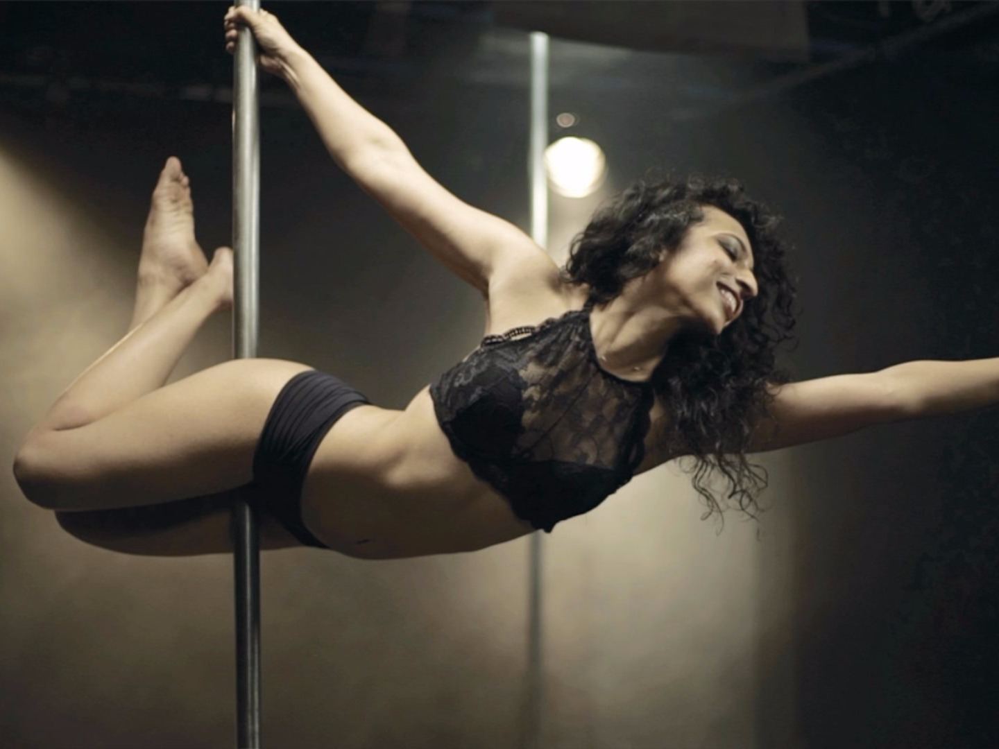Aarifa, Indian Bohri Muslim, YouTube video by 'Blush', Pole dancing