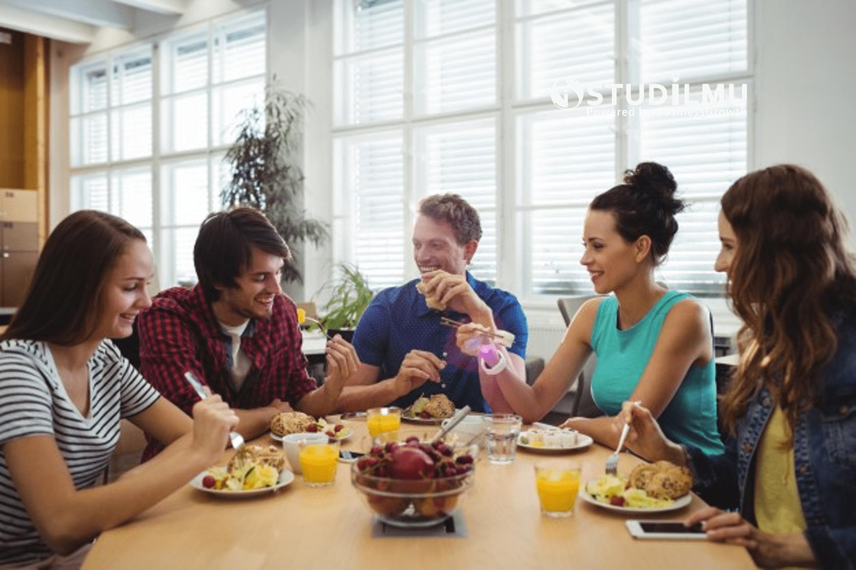 5 Cara Memanfaatkan Waktu Makan Siang