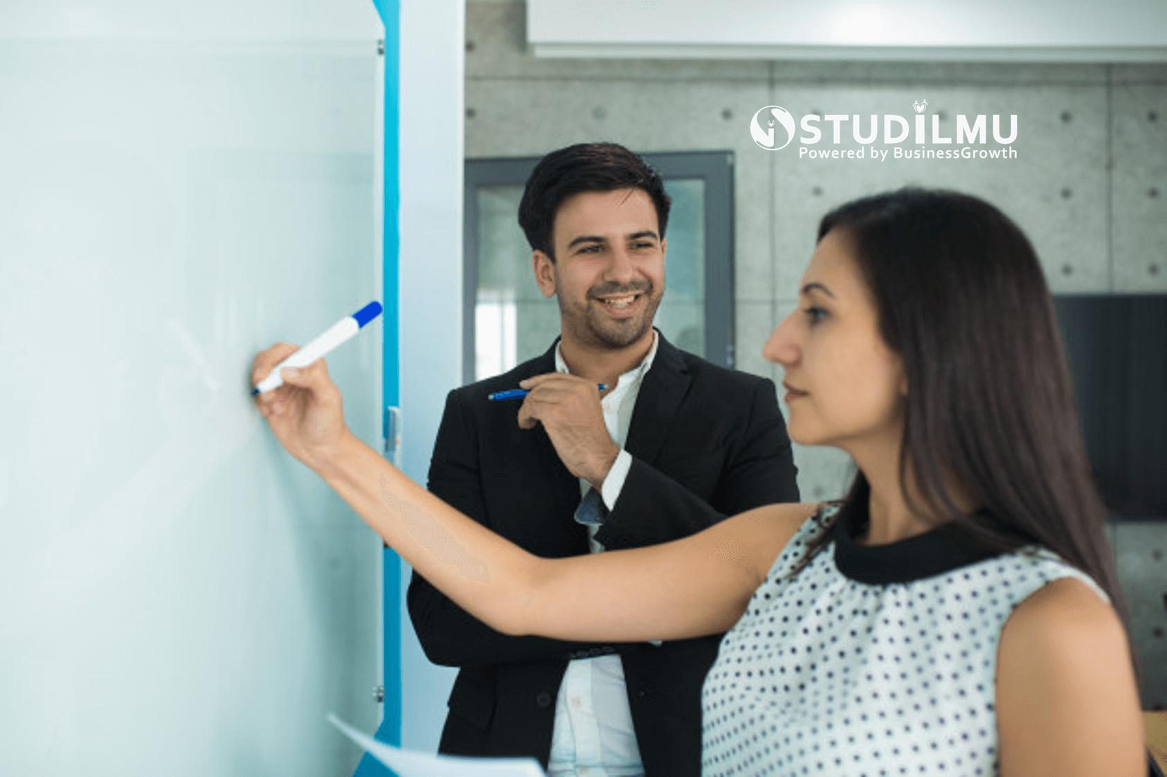 STUDILMU Career Advice - Etika Memuji Rekan Kerja di Lingkungan Kerja